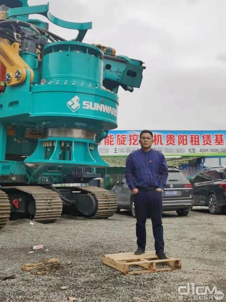王磊在贵阳基地前的留影