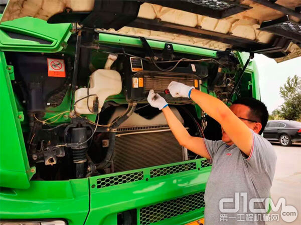 三一服务人员在为客户修理车辆 图