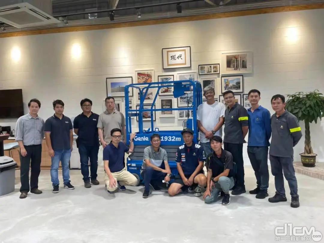 香港现代采购首批吉尼迷你电动剪刀车