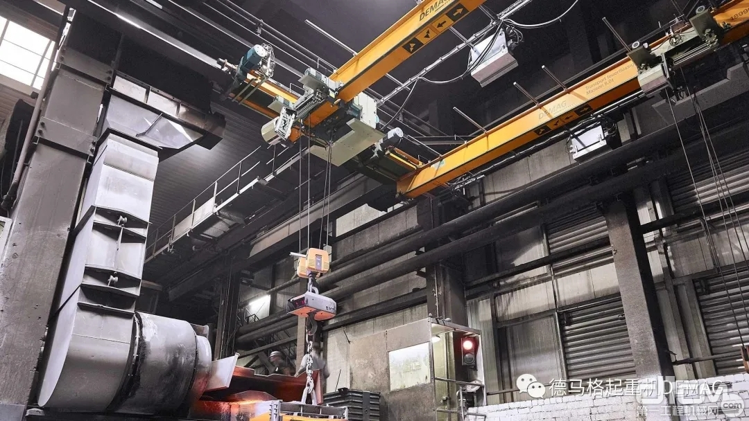两台铸造起重机在熔炼炉和模铸线之间来回输送原材料