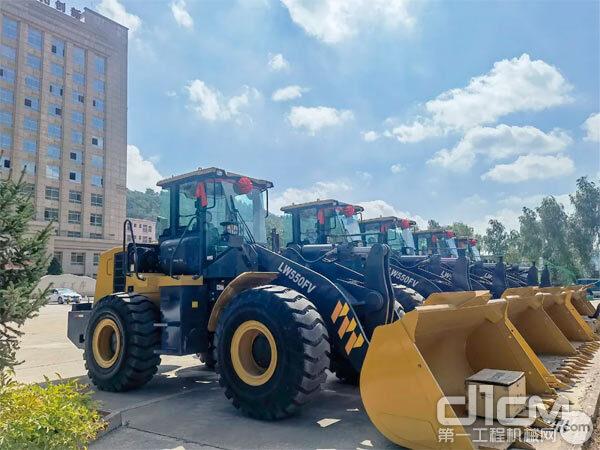 徐工5吨装载机批量交付西北地区某油田客户