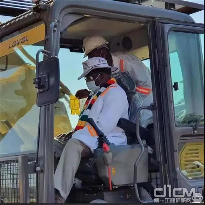津巴布韦总统姆南加古瓦亲自登上雷沃挖掘机启动设备
