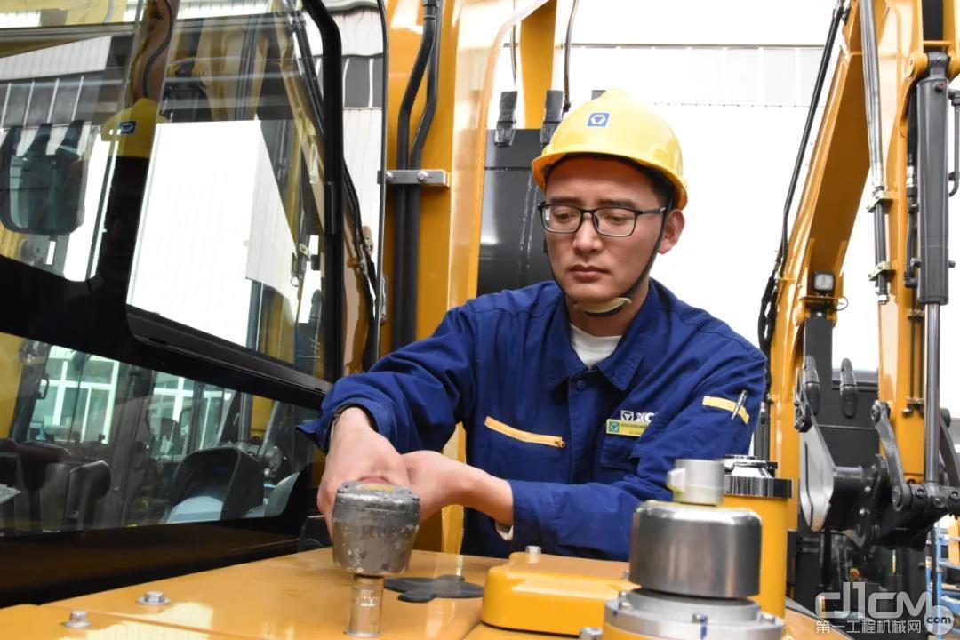 徐工挖机装配二厂小挖整理工段调试钳工 唐尚