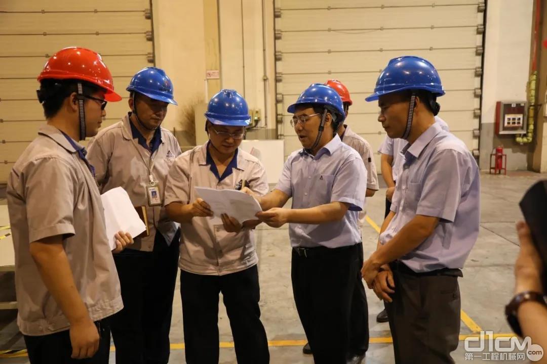 山东临工总经理文德刚、总经理助理林跃村到各事业部、车间深入了解技改创新项目的具体情况