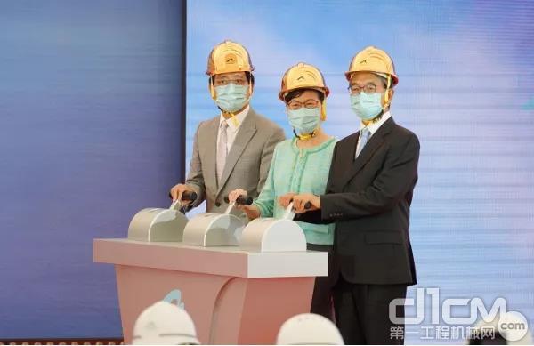 香港机管局主席苏泽光(图右一)及机管局行政总裁林天福(图左一)一同主持仪式