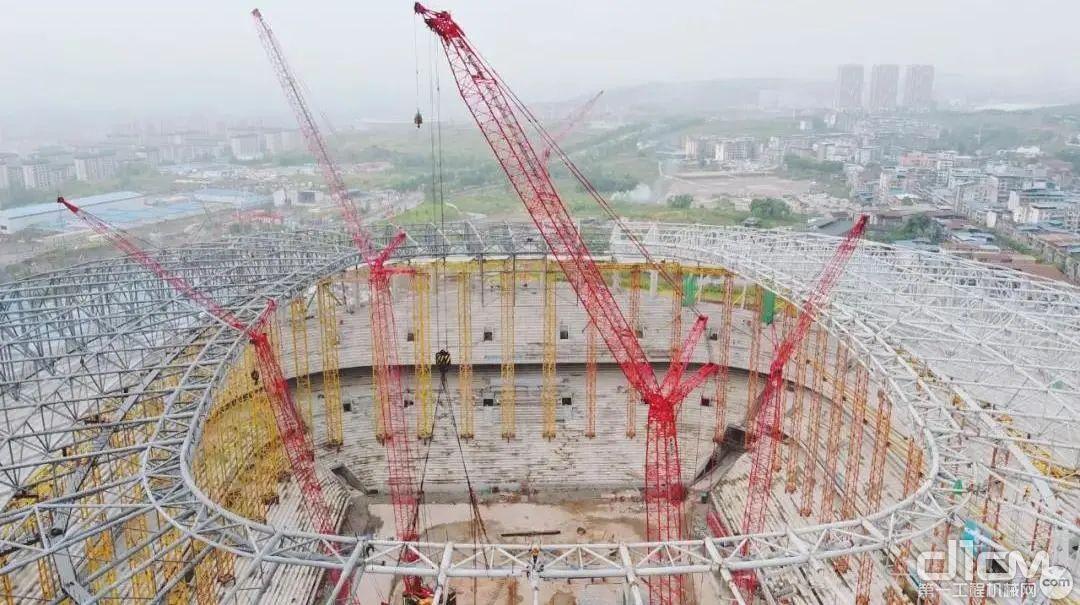 重庆龙兴足球场14000吨的罩棚钢结构顺利封顶