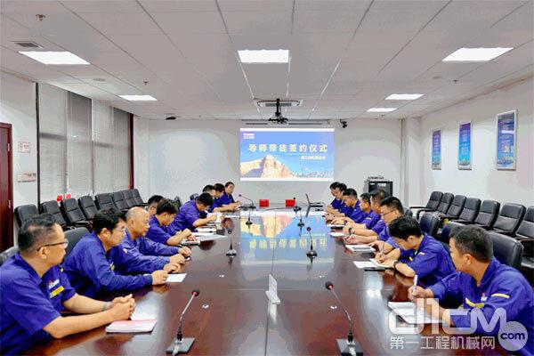 """徐工特机党总支组织开展 """"导师带徒""""签约仪式"""
