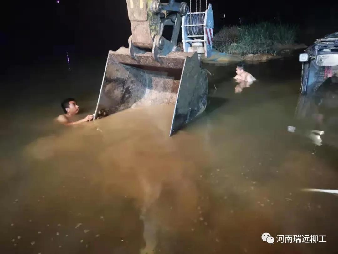 服务工程师进入水中摸排