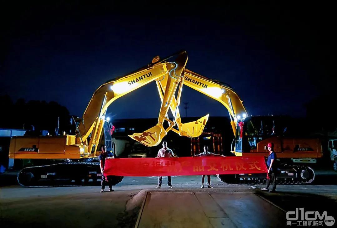 一拍即合,黄先生买下两台SE215山推挖掘机