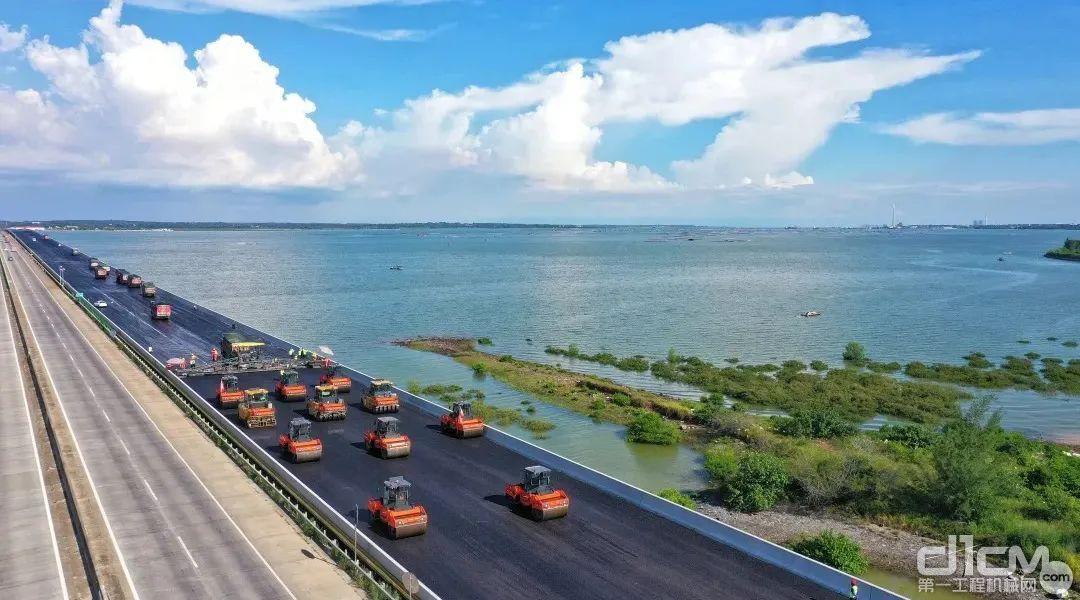 铁山港跨海特大桥桥面施工现场