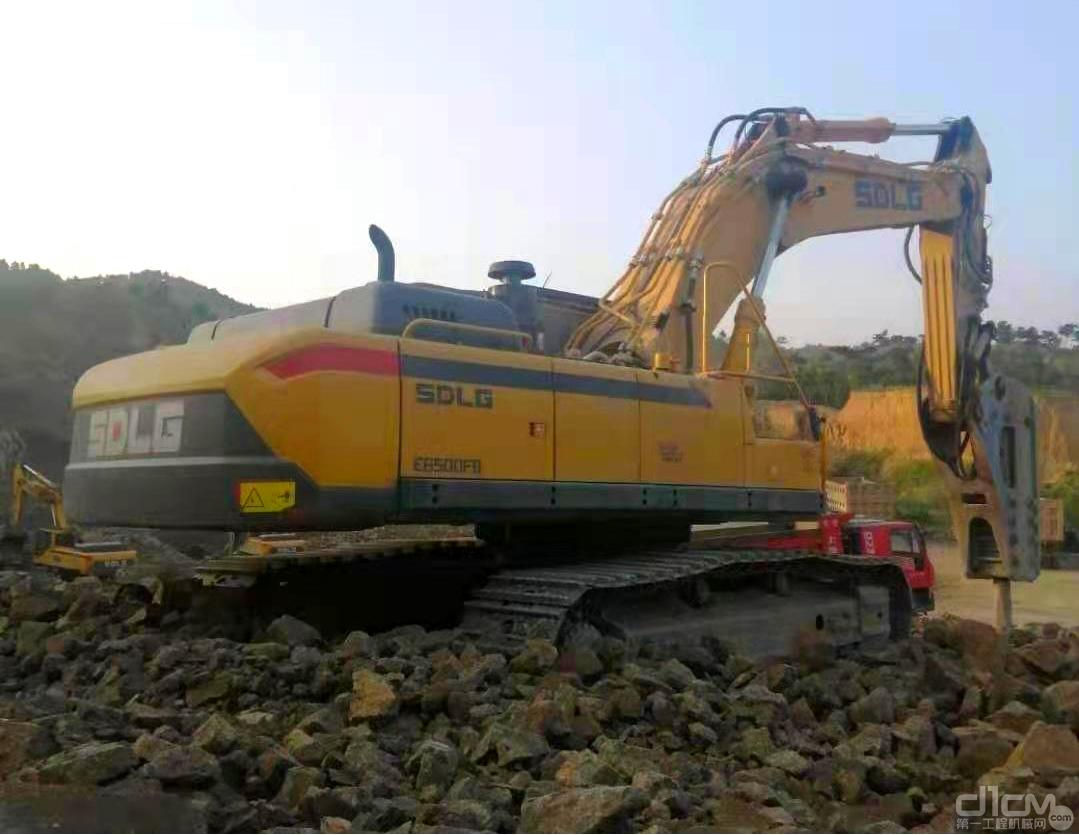 【临距离】节油经济、结构扎实、山东临工E6500FB打锤机威震辽西矿山
