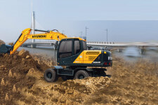 現代R150W VS輪式挖掘機施工現場36618