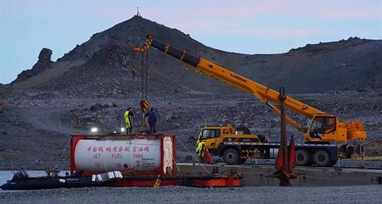 """柳工助力 """"雪龙2""""号完成南极长城站卸货任务"""