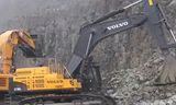 沃尔沃EC 700 C挖掘机和日立EH1100-5自卸车