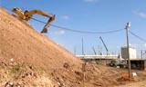挖掘机特技 小松挖掘机滑下河堤