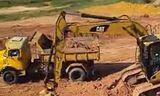 Cat 312d挖掘機在裝載卡車