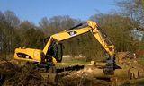 Cat 轮式挖掘机清理树木视频