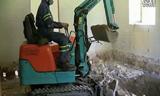 神马情况 挖掘机驾驶员戴着防毒面具作业