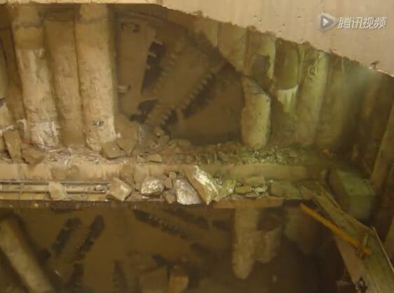 实拍巨型盾构机破土出洞 大地也要抖三抖