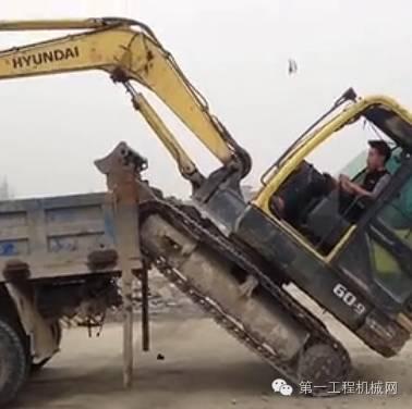 【新手必学】挖掘机上拖车教程,外带解说!