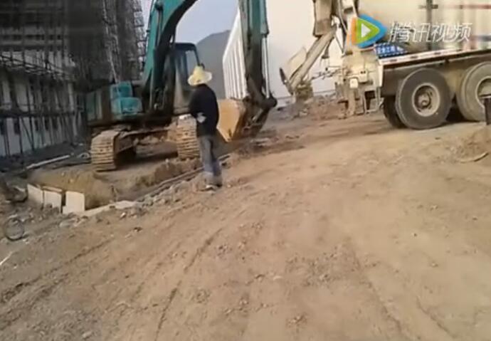 挖掘机新技能 竟然可以代替泵车的工作!