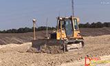 卡特彼勒D5G推土机与铰接式卡车联合施工作业