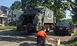 MACK垃圾收集车在美国小区工作