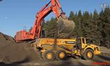 日立 Zaxis 870 挖掘机在装载沃尔沃 ADT 自卸车