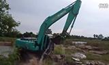 神钢 SK 200-8 挖掘机给自己冲凉