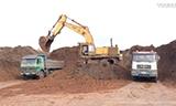 卡特彼勒245挖掘机在装载卡车
