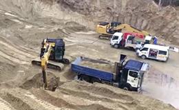 卡特彼勒320E挖掘机在装载卡车