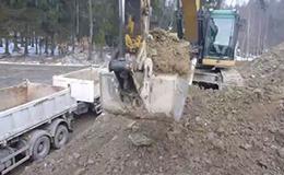 卡特彼勒325D挖掘机装载自卸车