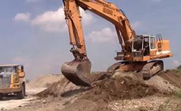 利勃海尔R962挖掘机装载贝尔B25D翻斗