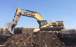 卡特彼勒385C挖掘机在装载卡车
