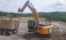 卡特彼勒320D2挖掘机在装载自卸车