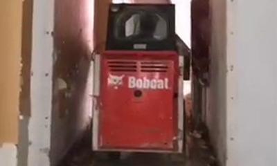 山猫滑移装载机穿越狭窄通道