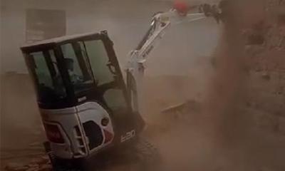 山猫微挖进行墙体拆除