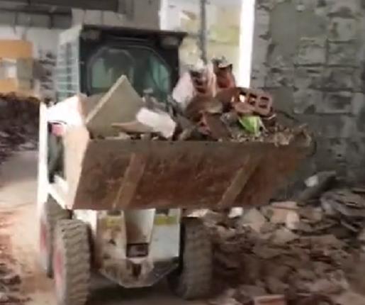 山猫滑移装载机清运建筑垃圾