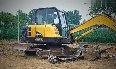 【挖机技巧】有推土铲的挖掘机如何快速上履带?